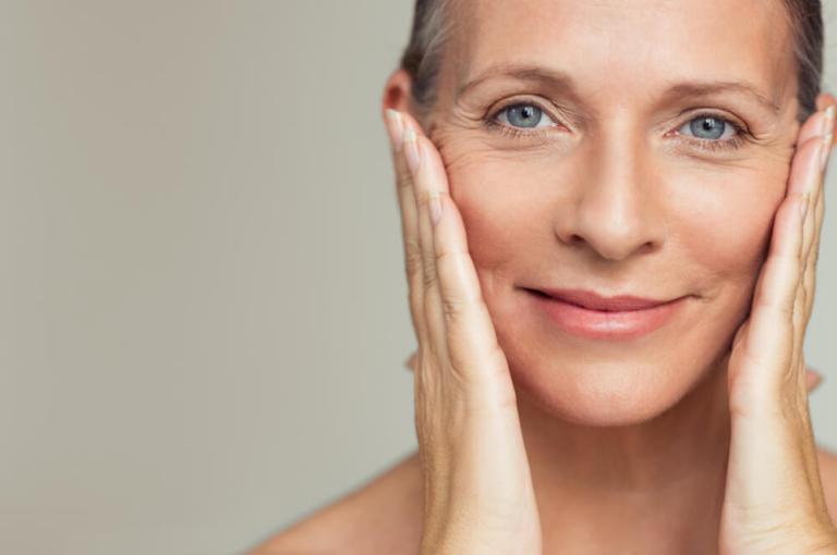 Piękno w każdym wieku – na czym polega usuwanie plam starczych?