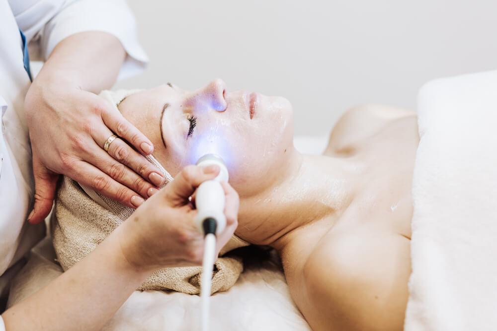 Leczenie blizn potrądzikowych – dlaczego zawsze trzeba przeprowadzić terapię pod okiem dermatologa?